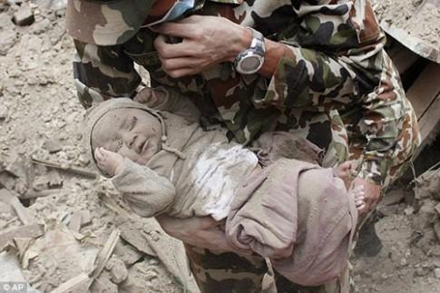 Bé sơ sinh bị chôn vùi trong động đất Nepal lớn bổng sau 1 năm