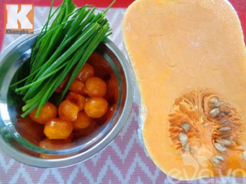 Bí đỏ xào trứng vịt muối đơn giản mà ngon