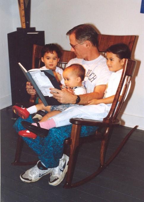 Bố đóng ghế đọc sách cho ba con