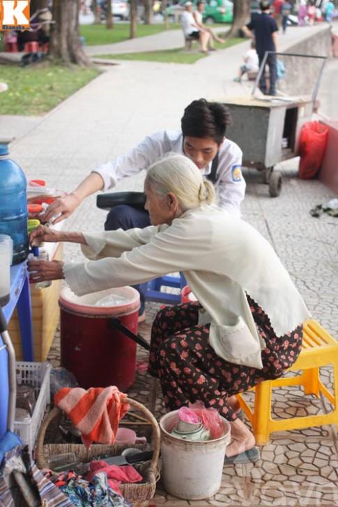 Cảm thương mẹ già 83 tuổi vẫn bán trà đá nuôi con 40 tuổi