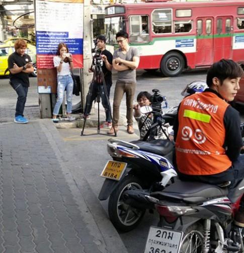 Chang xe om dien trai nhat Thai Lan khoe anh dao keo