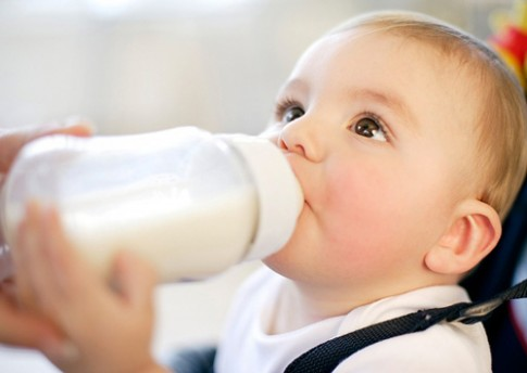 Chuyên gia mách cách phân biệt sữa bột thật và giả