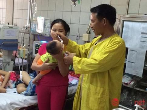 Con dưới 2 tháng tuổi viêm phổi vì bố mẹ quan niệm quấn chặt tránh giật mình