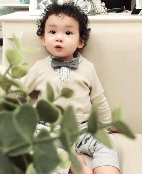 Con trai HH Diễm Hương da trắng, tóc xoăn như hotboy