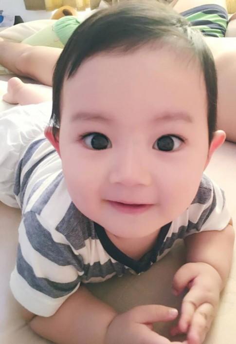 Con trai Khánh Thi mắt to, má phính, ngắm hoài không chán!