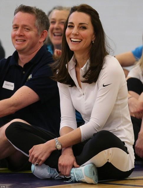 Công nương Kate cười thả ga trong phòng tập