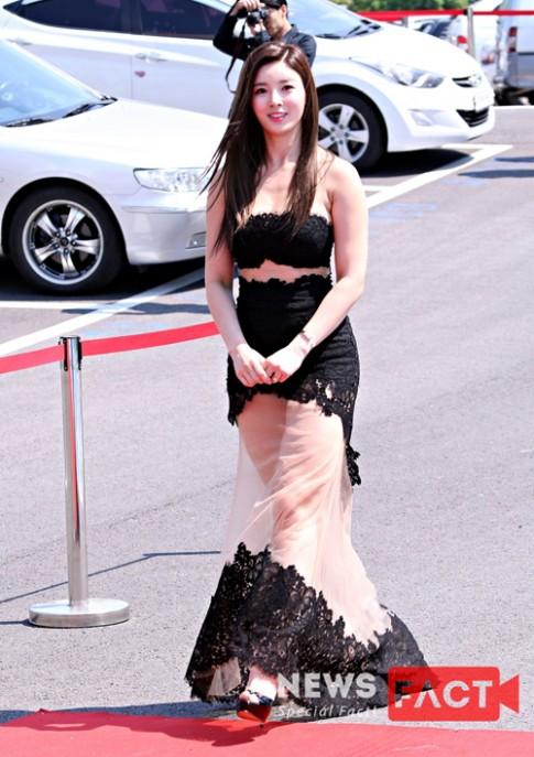 Dàn mỹ nhân Hàn gợi cảm với váy xẻ trên thảm đỏ