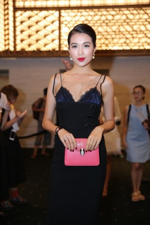 Dàn mỹ nhân Việt diện váy áo xẻ ngực đi xem thời trang