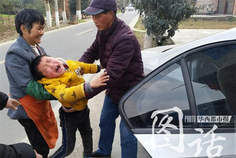 Đau lòng hình ảnh em bé khóc xin mẹ đừng rời quê sau Tết