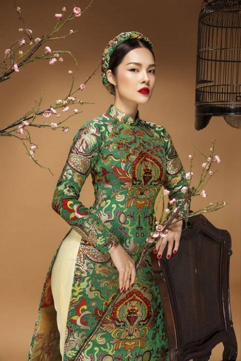 Diễn viên Dương Cẩm Lynh đẹp ấn tượng với áo dài gấm