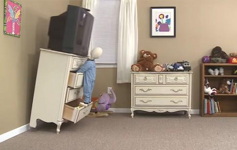 Giật mình TV, rèm cửa... khiến sáu trẻ tử vong mỗi ngày