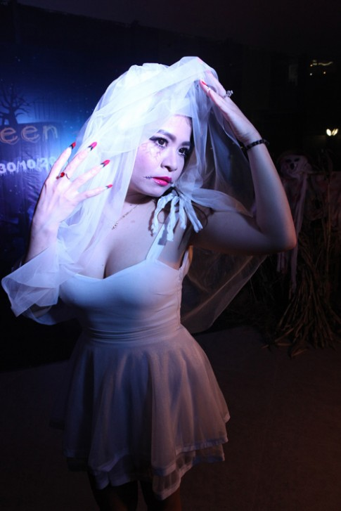 Giới trẻ Hà Nội hóa trang lạ mắt trong lễ hội ma quỷ