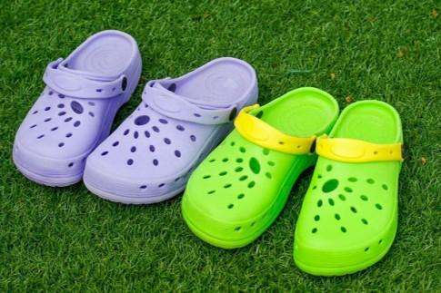 Hàng triệu trẻ em vẫn đi đôi dép này mà không biết nguy hiểm tiềm ẩn