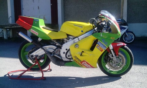 Hình ảnh chiếc Suzuki RGV250 phiên bản trường đua
