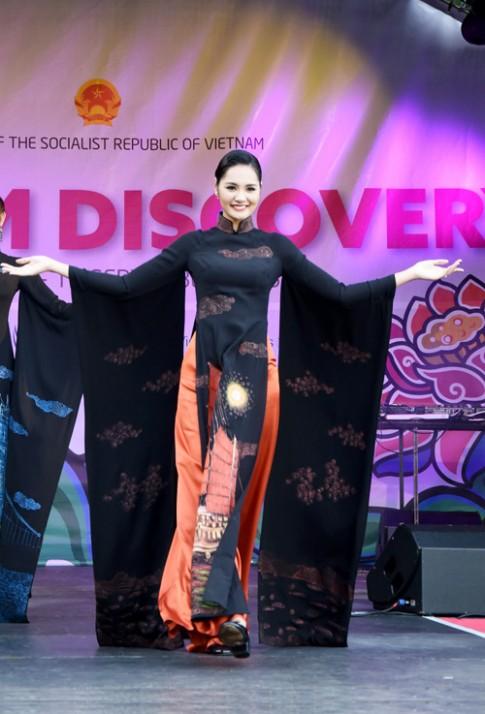 Hoa hậu Hương Giang lộng lẫy khoe áo dài Việt ở Anh