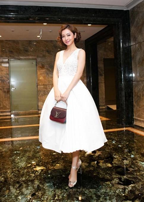 Hoa hậu Jennifer Phạm đẹp như công chúa với tóc xoăn ngắn