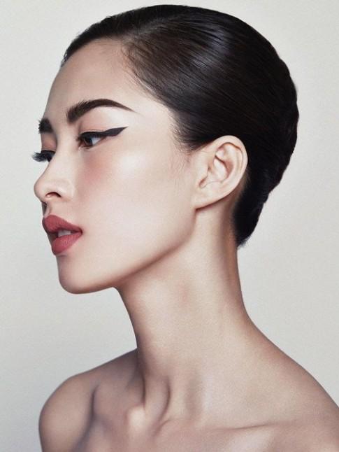 Hoa hậu Thu Thảo khác lạ với tóc ngắn, mắt kẻ sắc lẹm
