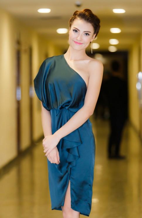 Hồng Quế khoe hình xăm với váy lệch vai
