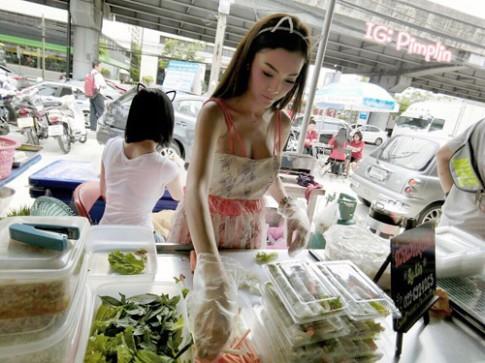 Hot girl bán trứng luộc nổi tiếng nhờ thân hình đẹp