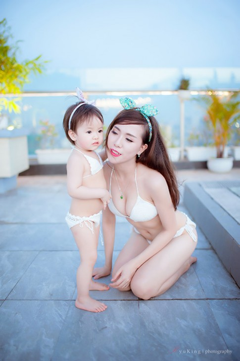 Hotgirl 9x diện bikini đôi cùng con gái, khoe eo 60cm bé xíu