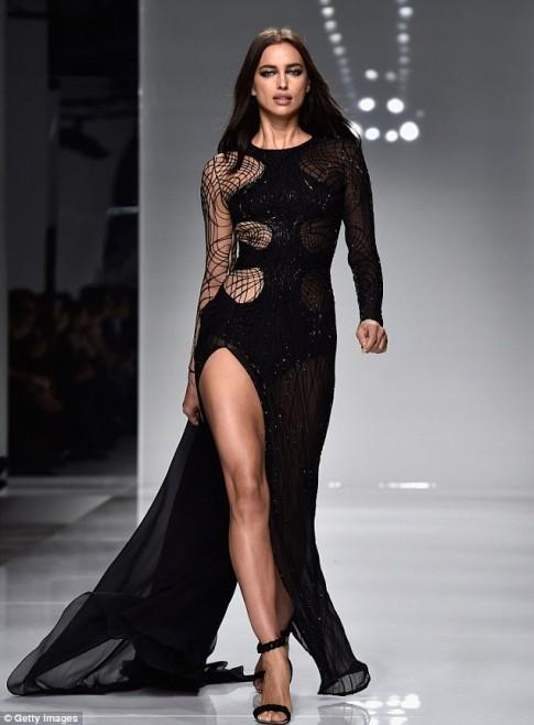 Irina Shayk cực sexy với váy mạng nhện xuyên thấu