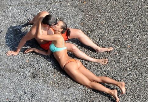 Irina Shayk liên tục ôm hôn say đắm người tình mới