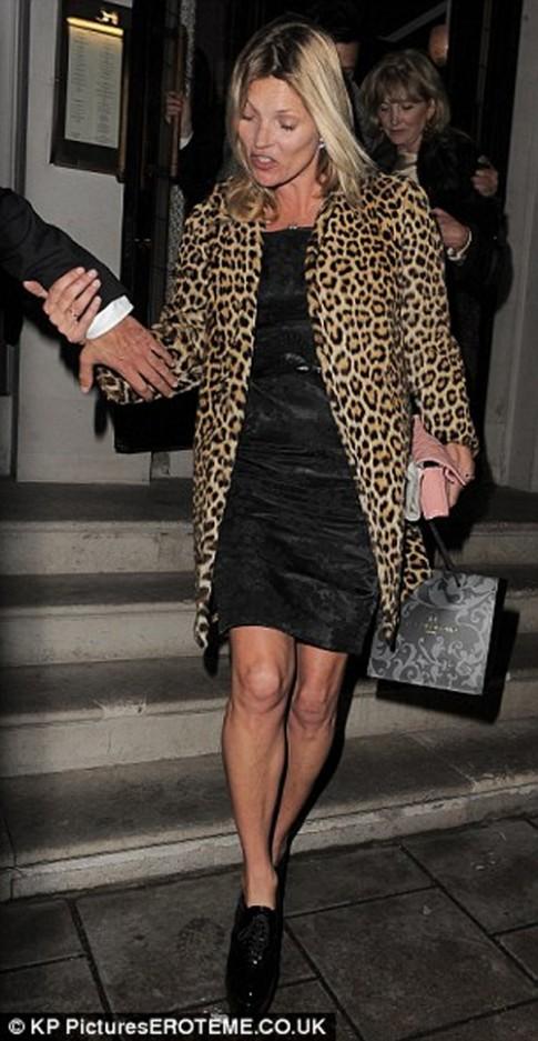 Kate Moss bị áp giải vì say bí tỉ trên máy bay