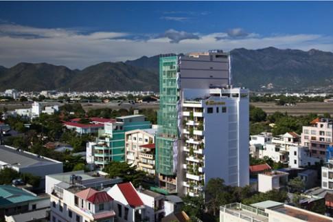 Khách sạn 12 tầng phủ xanh nổi bật với bể bơi lưng trời