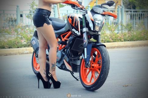 KTM Duke 390 tự tin đọ dáng cùng hot girl