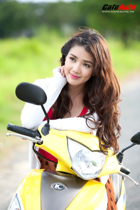 Kymco Candy 50 so dáng cùng hot girl Linh Napie