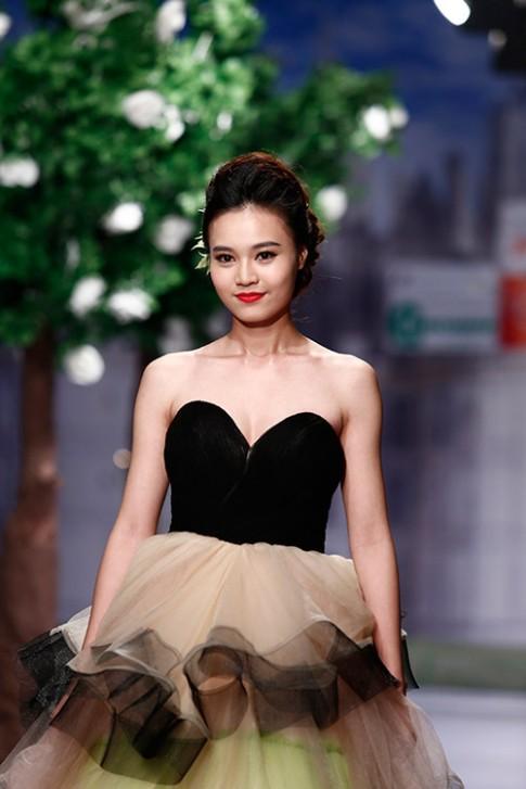 Lan Ngọc rụt rè trong vai trò người mẫu