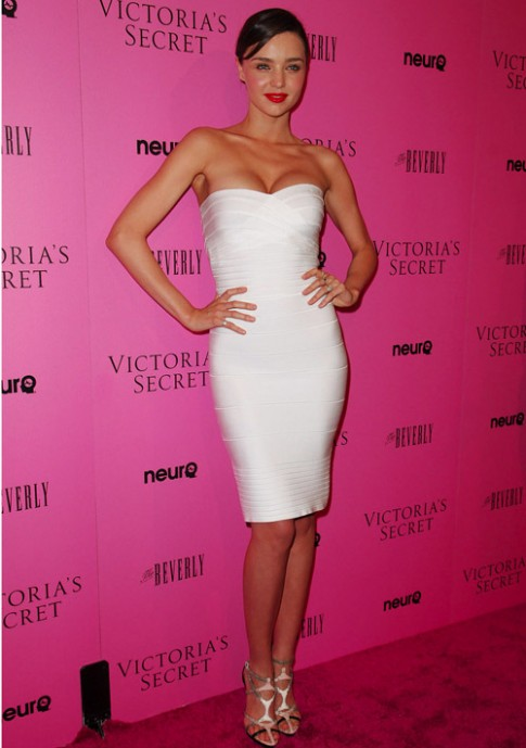 Mặc váy trắng đẹp như Mirander Kerr không khó