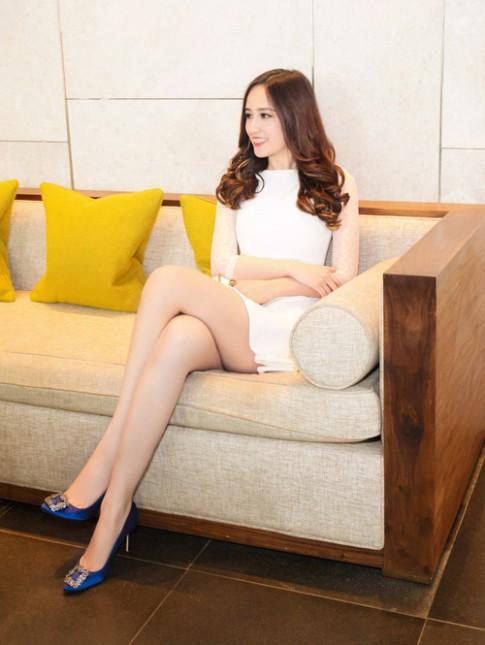 Mai Phương Thúy diện váy ngắn khoe chân dài miên man