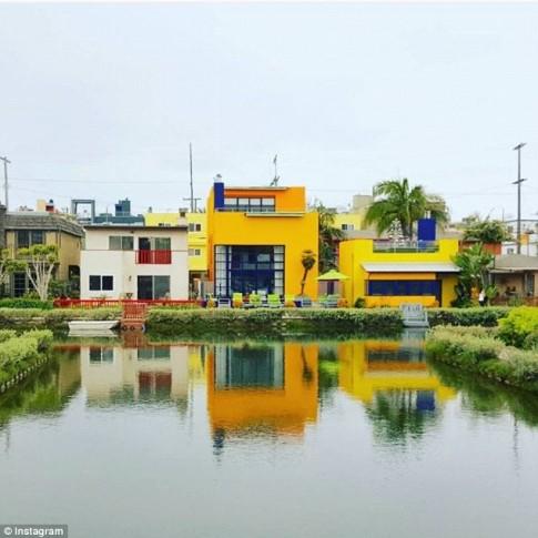 Mê mẩn ngôi nhà vàng chóe bên kênh, hot nhất mạng xã hội