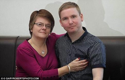 Mẹ nghẹn ngào nghe tim con trai đập trong ngực người khác