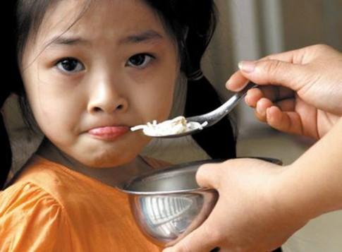 """Muốn trẻ ăn ngoan, đừng bao giờ nói """"Con ăn đi"""""""