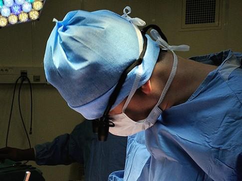 Nam bác sĩ sản khoa bị bắn vì để sản phụ khỏa thân