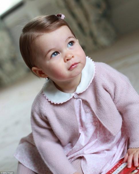 Ngắm Tiểu công chúa Charlotte đáng yêu khi tròn 1 tuổi