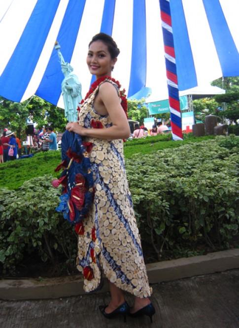 Người đẹp 'Hoa hậu các dân tộc' diện váy kết từ hoa tươi