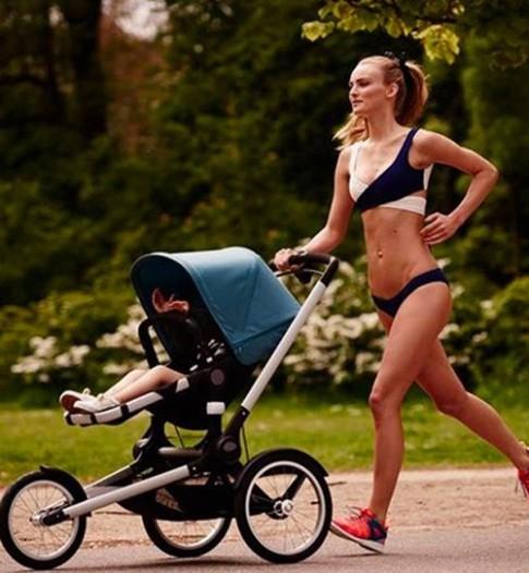 Người mẫu mặc bikini đẩy xe khiến các bà mẹ nổi giận