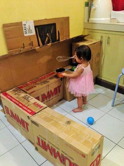 Nhà bếp từ thùng giấy cho bé đẹp ngang ngửa đồ chơi tiền triệu
