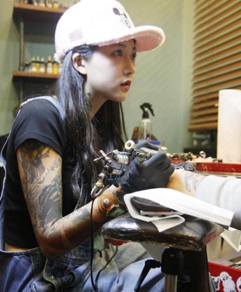 Nữ thợ xăm có vẻ đẹp búp bê gây sốt tại Hàn Quốc