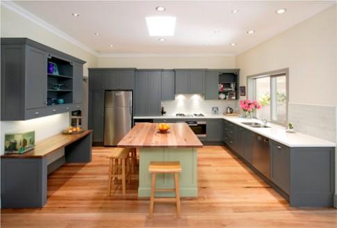Ốp bếp bằng gạch hay kính màu hiệu quả hơn