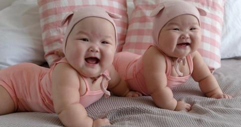 Phát sốt với cặp song sinh 'ú na ú nần' 6 tháng tuổi