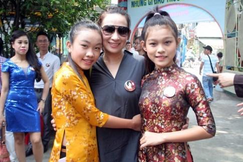 Phi Nhung, Phan Hiển - Khánh Thi giản dị đến dự đám giỗ NSND Phùng Há
