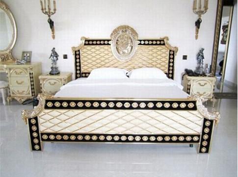 Phòng ngủ hoàng gia cổ điển đắt giá của sao nữ