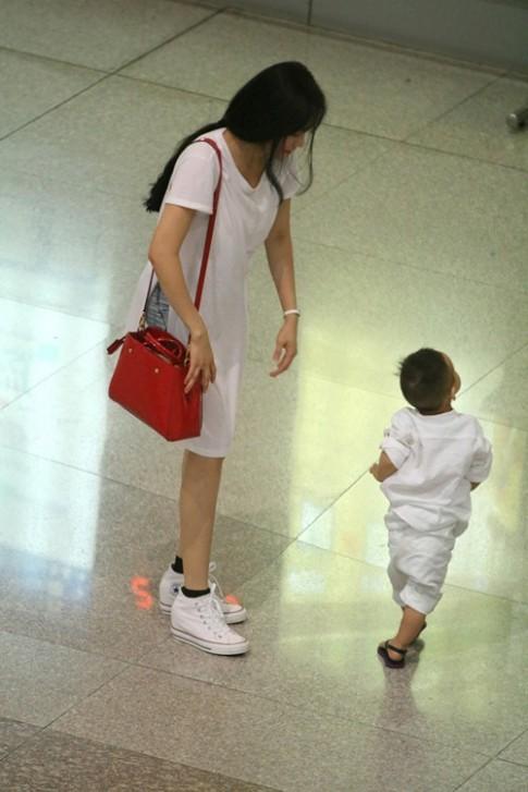 Quý tử nhà Vy Oanh khóc nấc tại sân bay Tân Sơn Nhất