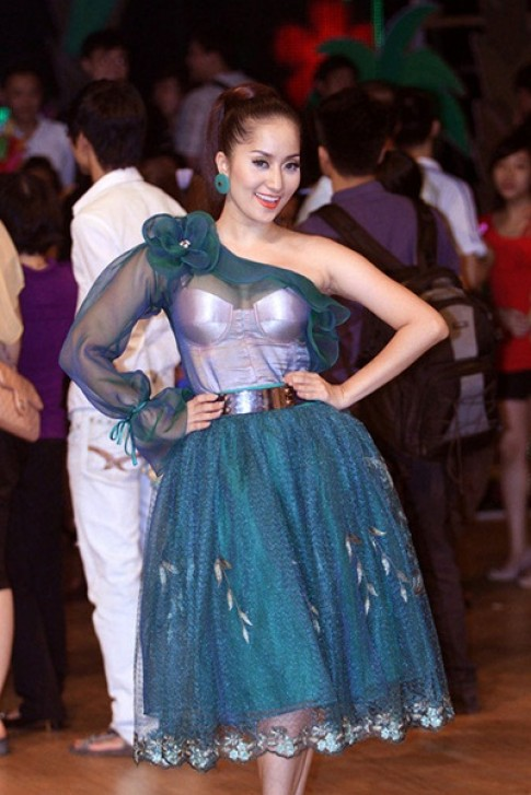 Sao Việt bị dìm dáng vì chọn nhầm đầm lệch vai