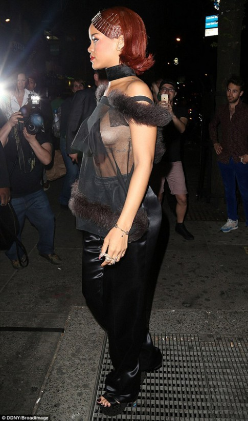 """Sau """"long bào"""", Rihanna tiếp tục phớt lờ áo nịt ngực"""