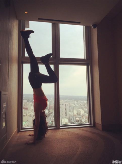 """""""Siêu vòng 1"""" Liễu Nham khoe dáng đẹp khi tập yoga"""